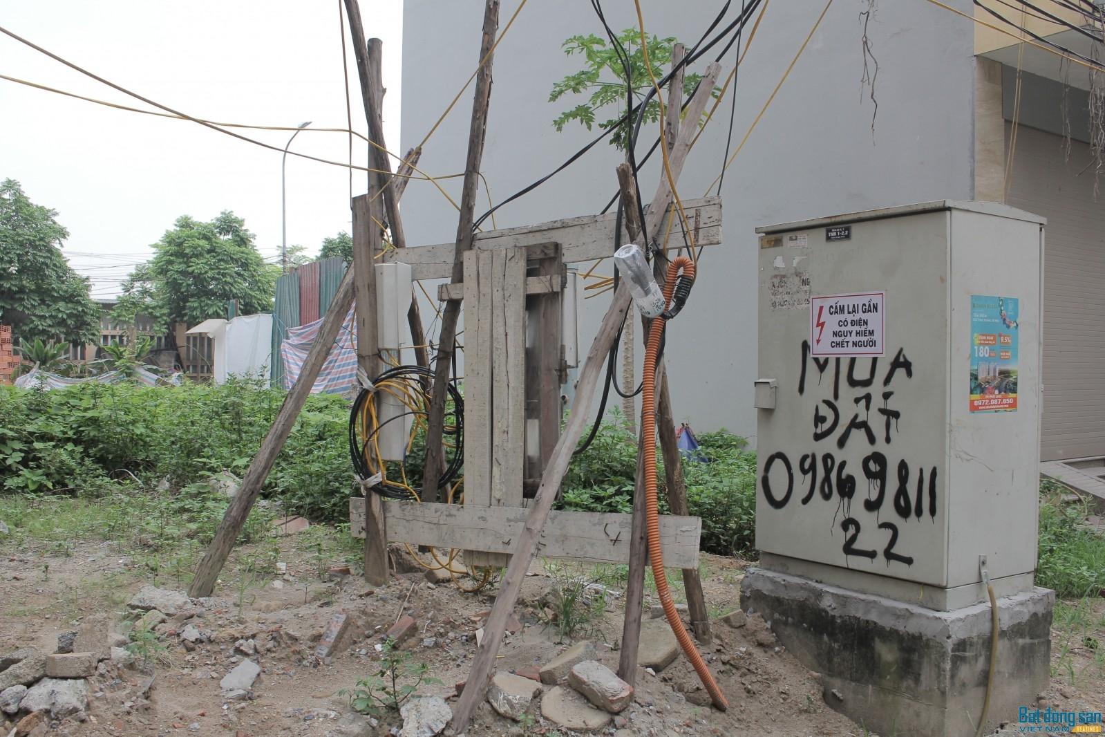Nhiều đường điện do người dân đấu nối tạm bợ đang tiềm ẩn nguy cơ cháy nổ.