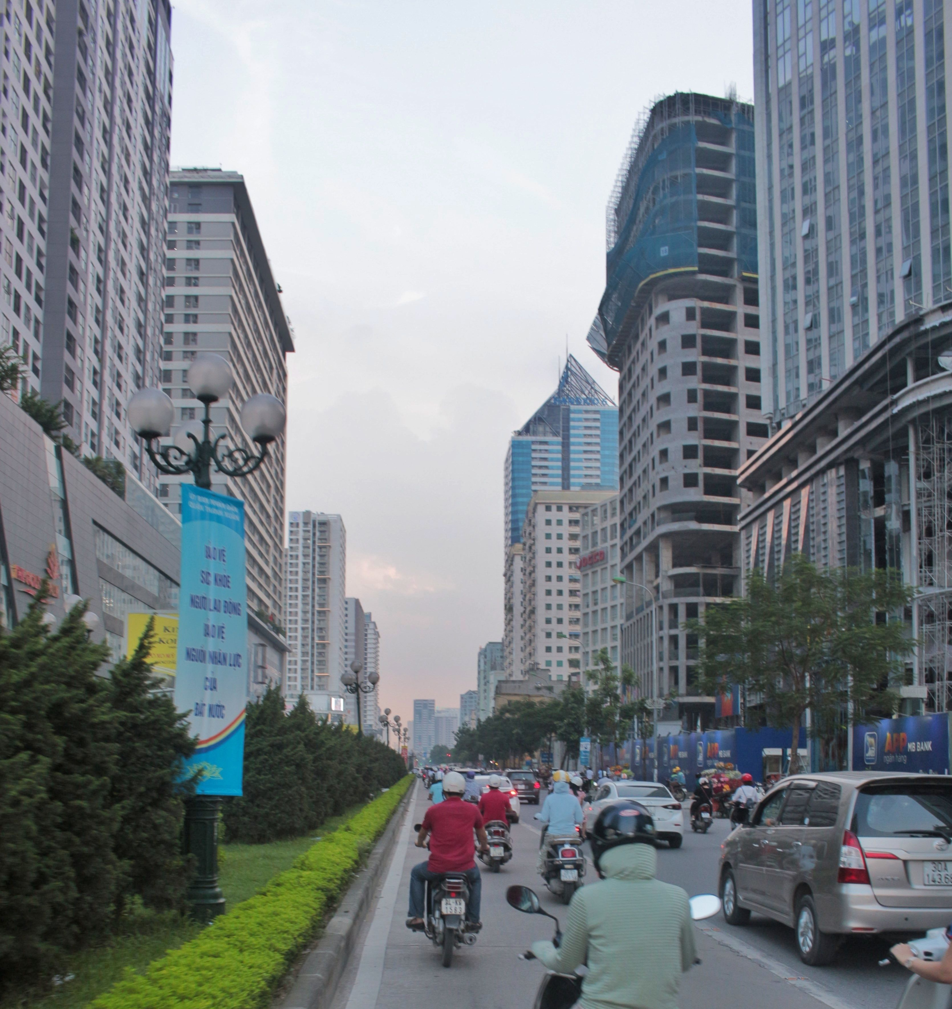 Cao ốc mọc lên dày đặc dọc 2 bên trục đường Lê Văn Lương.Ảnh: Hồng hạnh.