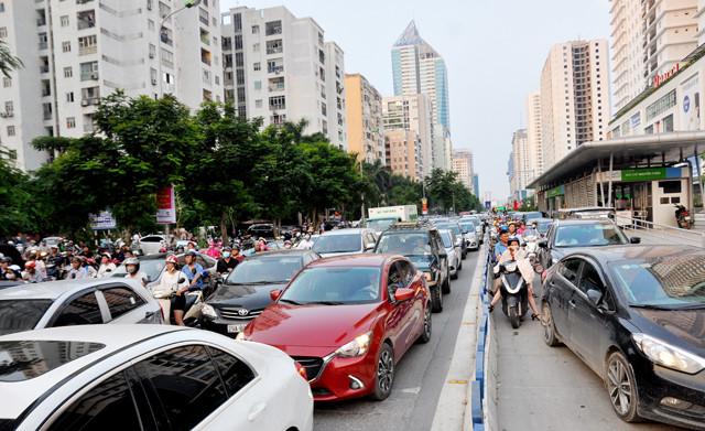 """Làn đường dành riêng cho BRT đã bị dòng xe """"nuốt chửng"""" mỗi khi giờ cao điểm. Ảnh: Hồng Hạnh."""