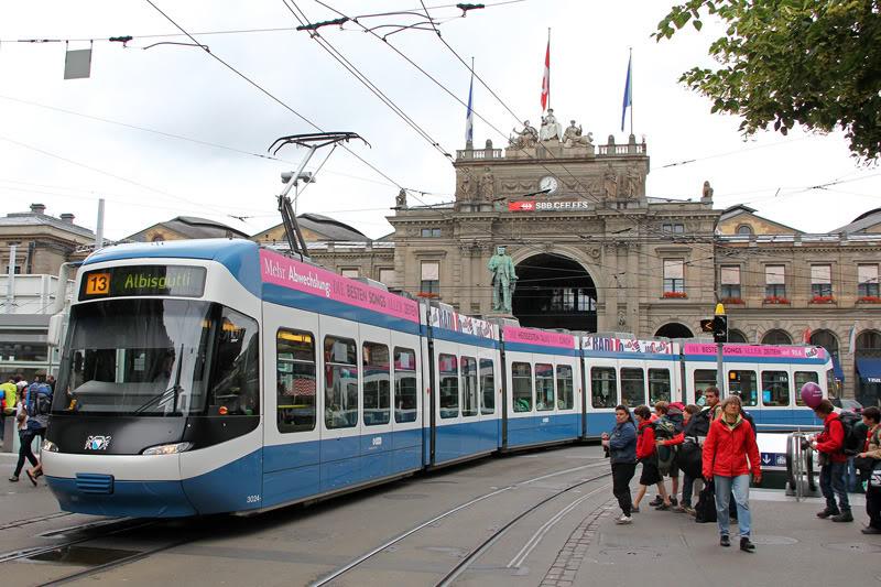 Tàu điện là phương tiện giao thông chính trong thành phố.