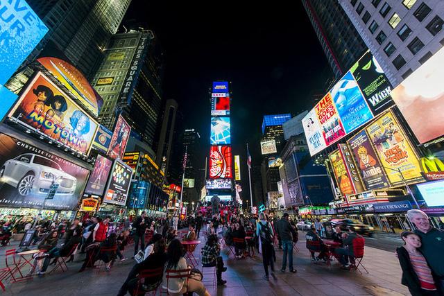Ở Nhật Bản, quảng cáo được tự do thiết kế hình ảnh nhưng phải được sắp xếp hợp lý theo chuẩn mực của chính quyền đề ra.