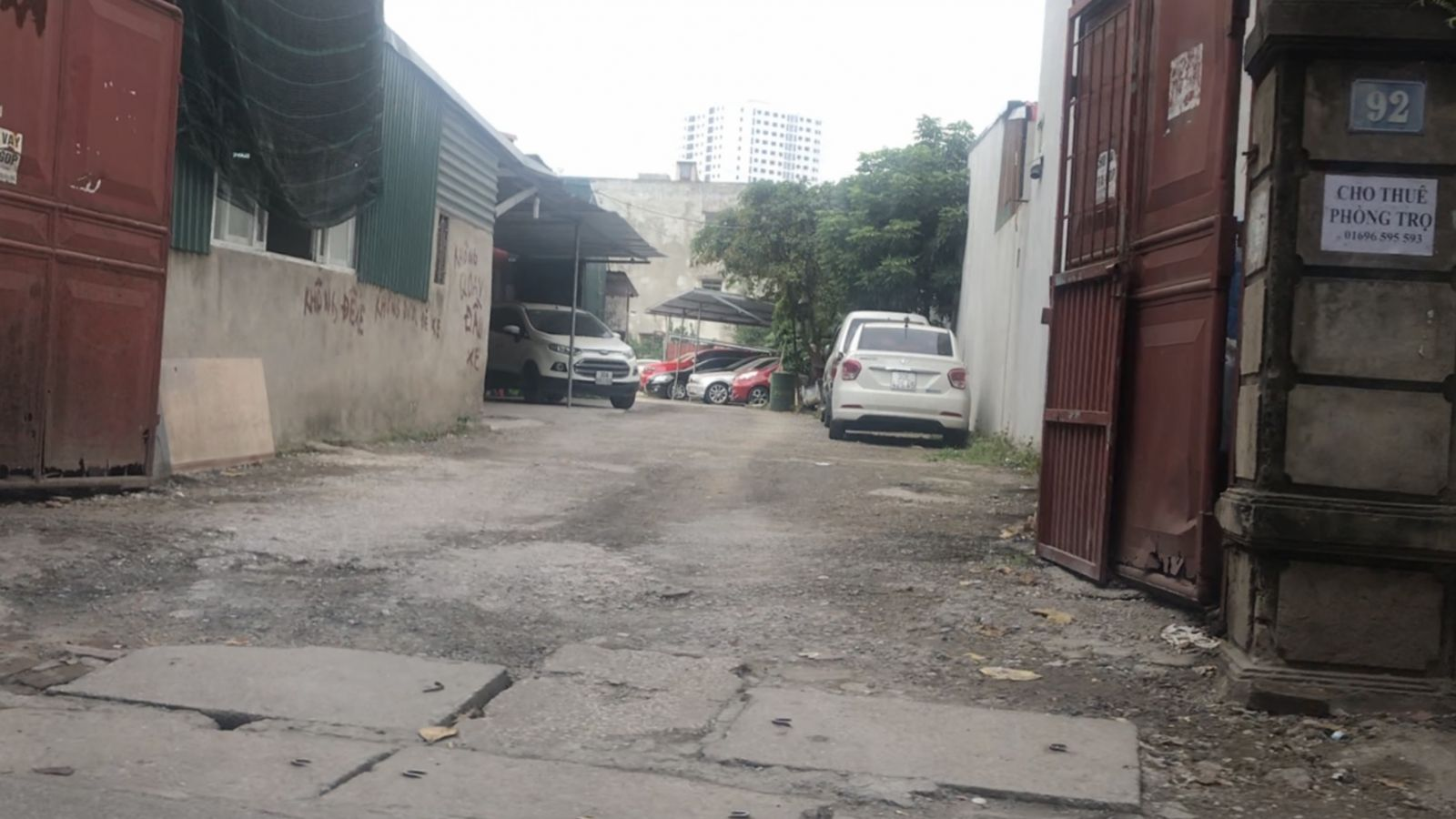 Bãi trông giữ xe không phép 92 Nguyễn Chính ngang nhiên hoạt động, bất chấp quy định pháp luật. (Ảnh: H.C)