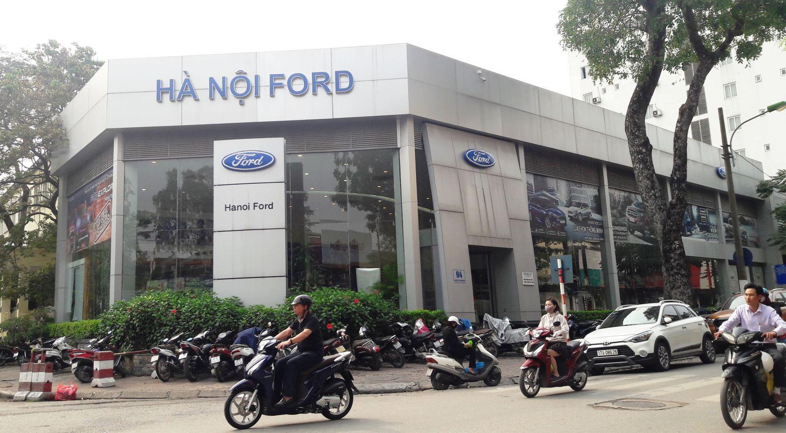 Showroom ô tô Hà Nội Ford rộng hàng trăm mét vuông nằm ở vị trí đắc địa. (Ảnh: Hà Cường)