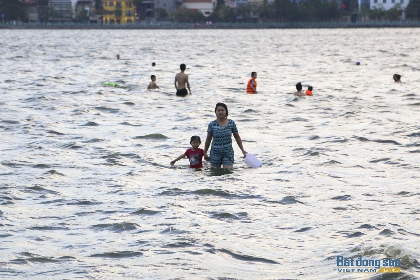 Người Hà Nội đổ xô ra Hồ Tây tắm giải nhiệt ngày nắng nóng kỷ lục