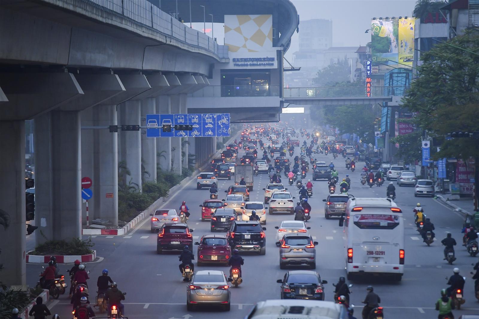 """Sau 1 tuần """"cách ly xã hội"""", đường phố Hà Nội lại đông đúc phương tiện"""