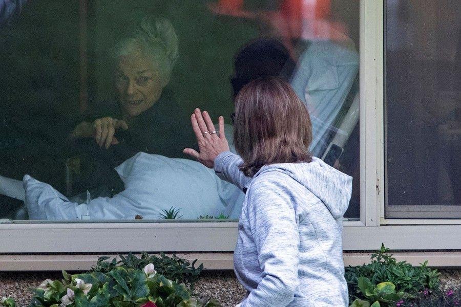 Hình ảnh Lori Spencer đến thăm mẹ cô - bà Judie Shape (81 tuổi) bị mắc Covid-19 tại Viện dưỡng lão Life Care Centre, thuộc thành phố Kirkland - một trong những nơi bị ảnh hưởng dịch bệnh nặng nề nhất nước Mỹ. (Nguồn: Reuters)