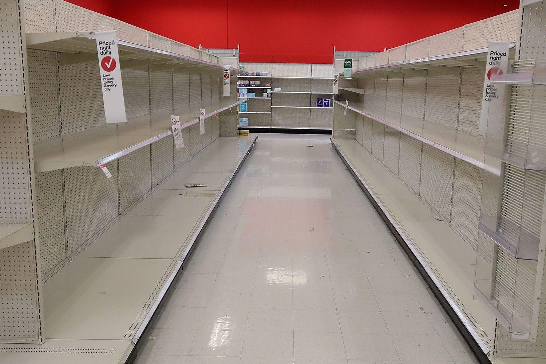Nhiều người Mỹ bắt đầu lo sợ tình huống hàng hóa khan hiếm nên đã vét sạch các kệ hàng từ mì sợi cho tới dung dịch khử trùng, giấy vệ sinh. (Nguồn: Getty Images)