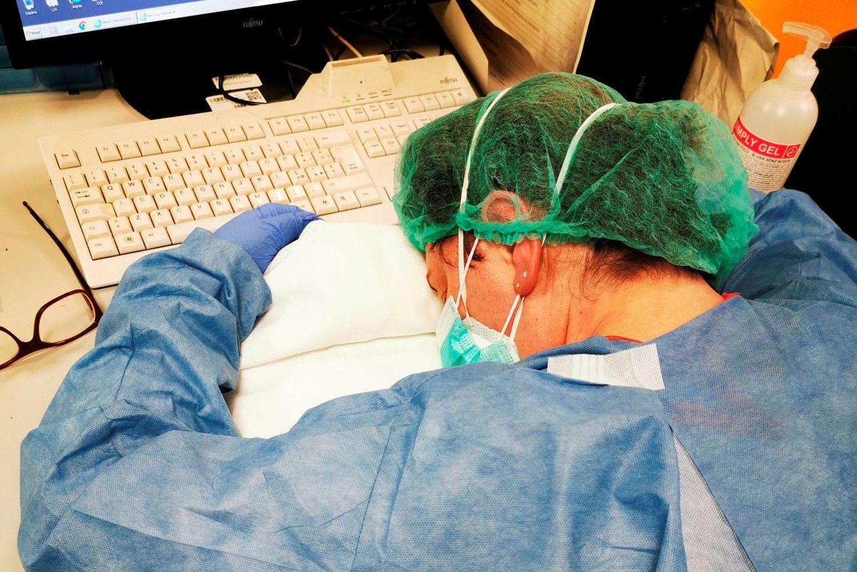 Nhiều bác sĩ tại Italy bị lây nhiễm Covid-19. Bức ảnh được chụp vào đúng ngày Quốc tế Phụ nữ 8/3 khi một y tá đang nghỉ ngơi trong ca đêm tại một bệnh viện ở Cremona, Italy. (Nguồn: Reuters)