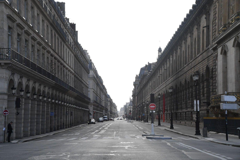 Quang cảnh trống vắng tại Paris, Pháp ngày 15/3. Trước tình hình dịch Covid-19 lan rộng tại Pháp, Thủ tướng Pháp Édouard Philippe tuyên bố nước này sẽ đóng cửa các cửa hàng, nhà hàng và các cơ sở giải trí nhằm giảm sự lây lan của Covid-19.