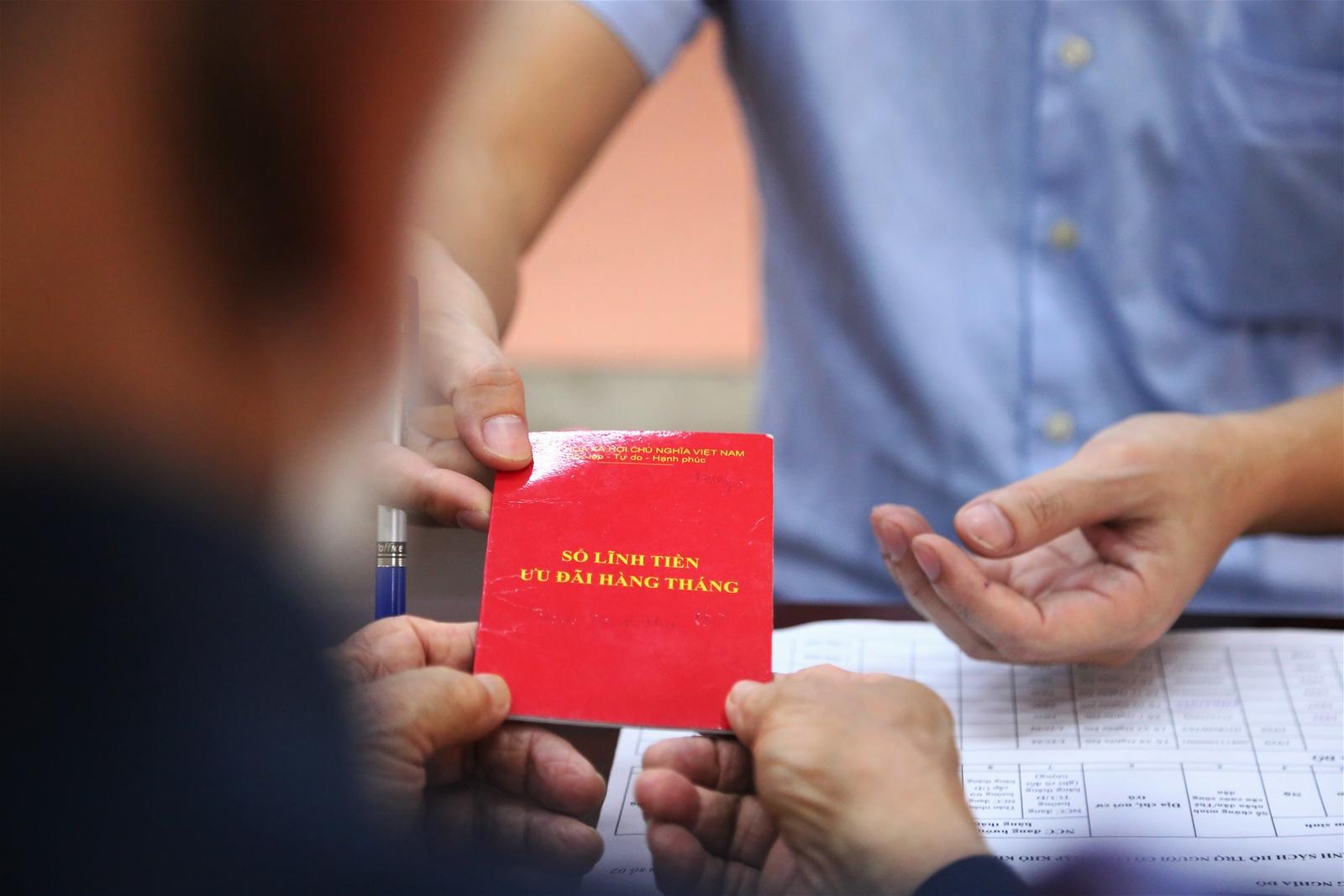 Hà Nội: Người dân vui mừng nhận hỗ trợ từ gói 62 nghìn tỷ trong ngày lễ 30/4